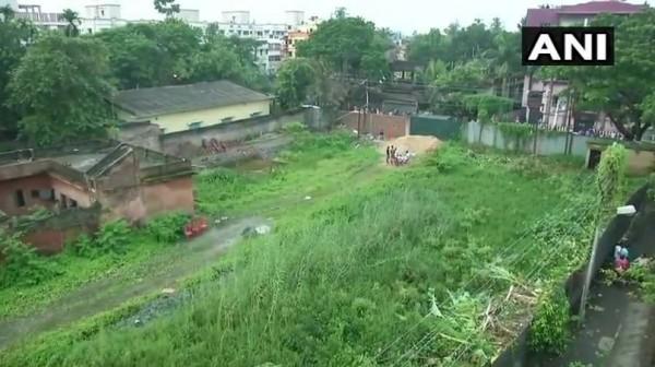 印度加爾各答空地,發現14具已腐爛的嬰兒被裝在塑膠袋。(圖擷自Asian News International推特)