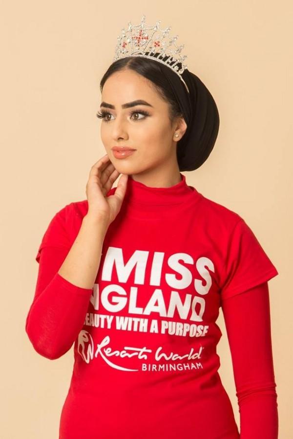英國一位女穆斯林戴著頭巾參加選美比賽,結果一路過關斬將衝進決賽。(圖擷自臉書)