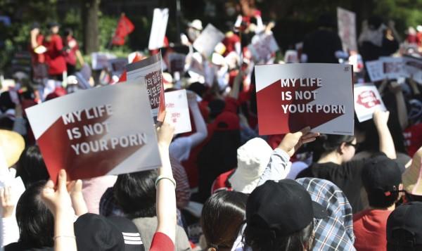 南韓偷拍橫行,首爾如今每天都要檢查公廁,確認有無被加裝針孔攝影機。圖為韓國女性上街抗議偷拍。(美聯社)