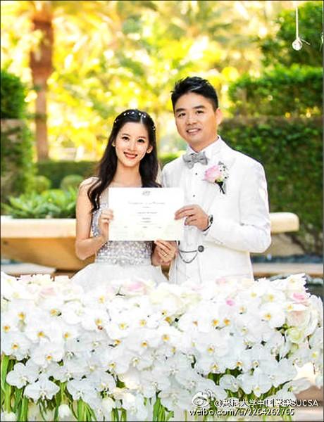 劉強東二○一五年與有「奶茶妹妹」稱號的章澤天結婚。(取自網路)