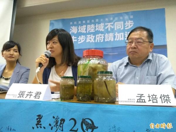 黑潮海洋基金會今天公布調查報告,台灣島被海洋垃圾包圍,8成海域可見海漂垃圾,高雄外海汙染物質酚含量超標。(記者劉力仁攝)