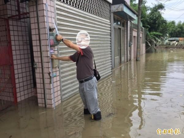 各區公所協助受災戶淹水高度丈量。(民政局提供)