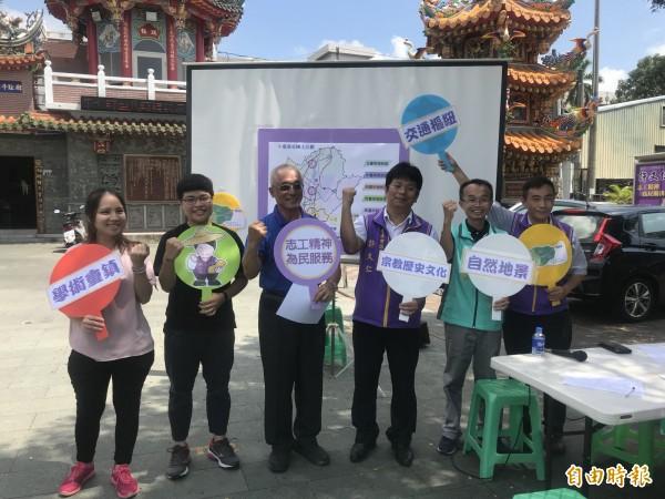 無黨籍台南市長參選人陳永和(右二)、市議員參選人許又仁(右三)今發起連署,希望市府重新規劃發展核心區。(記者萬于甄攝)