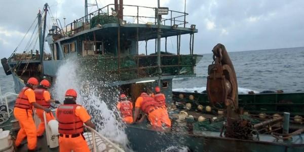 澎湖海巡隊強行登上越界中國漁船,噴灑消毒水防止中國非洲豬瘟入侵。(澎湖海巡隊提供)