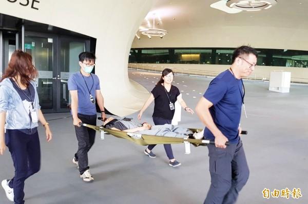 衛武營國家藝術文化中心今消防演練,現場進行人員疏散。(記者陳文嬋攝)