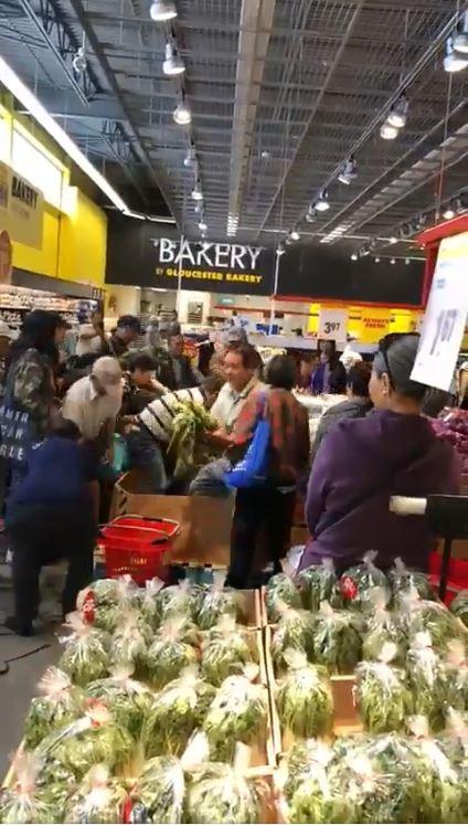 多倫多先前1間超市進行玉米促銷優惠,一群中國民眾聞訊趕到現場瘋搶,不到40秒將賣場裡的整箱玉米搬空。(圖擷取自影片)