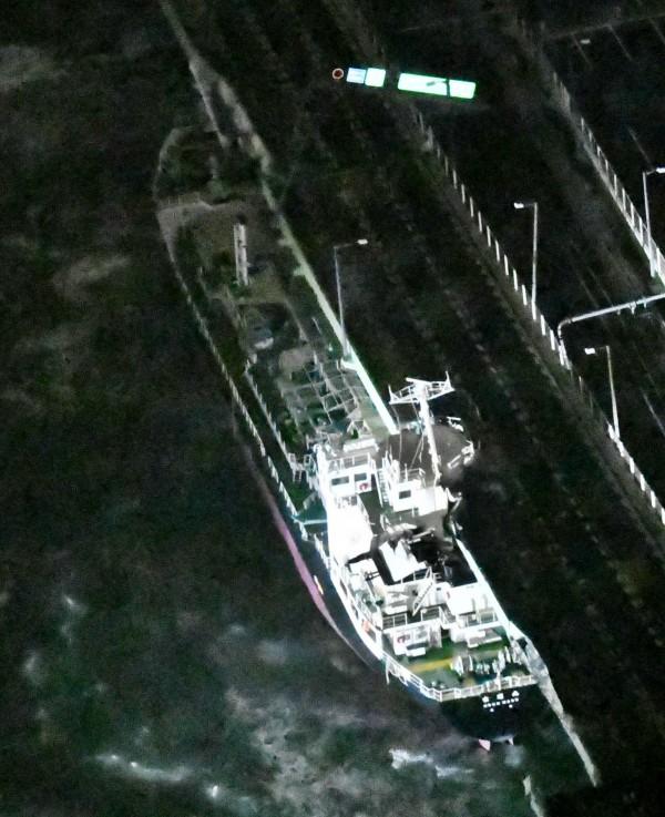 關西機場唯一對外聯絡橋遭貨輪撞上損壞。(美聯社)
