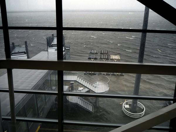 關西國際機場大淹水。(美聯社)