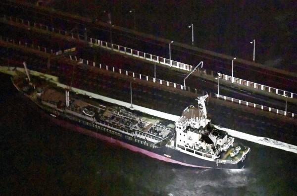 關西機場唯一對外聯絡橋遭貨輪撞上損壞。(路透)