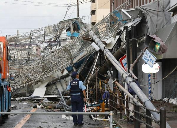 強颱「燕子」今(4)日登陸日本帶來強風豪雨,大阪有一處鷹架嚴重倒塌。(法新社)