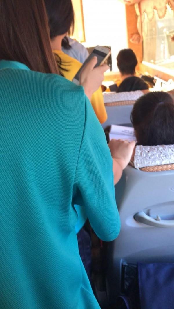 有網友質疑為什麼搭校車繳一樣的錢,學長姐能舒適地坐著,學弟妹卻只有一路辛苦站著的份?(圖擷取自臉書社團「爆怨公社」)