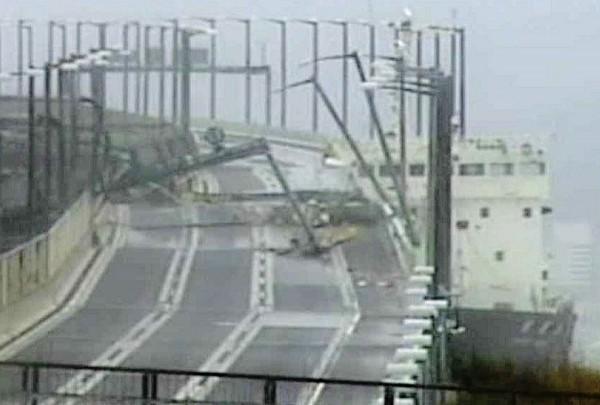 關西機場唯一對外聯絡橋遭貨輪撞上損壞。(法新社)