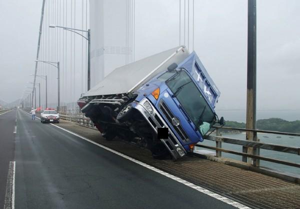 強颱「燕子」今(4)日登陸日本,各地陸續出現災情,有貨車被強風吹倒。(法新社)