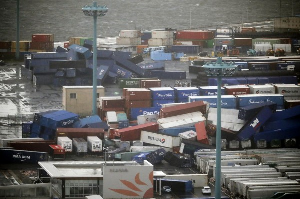 強颱「燕子」今(4)日登陸日本,圖為大阪一港口的貨櫃被強風吹倒。(美聯社)