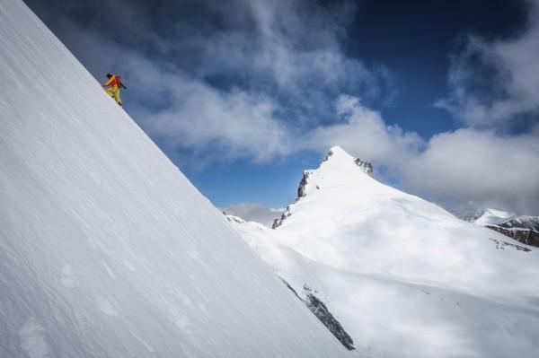 許多登山愛好者挑戰攀登聖母峰,然隨之衍生出直升機救援詐騙案,尼泊爾政府開始大動作打擊此類案件。(美聯社)