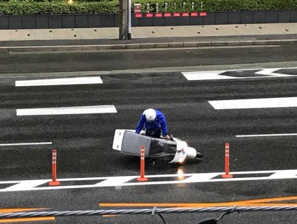 日本披薩外送員冒著風雨前進。(圖擷取自pur305《推特》)