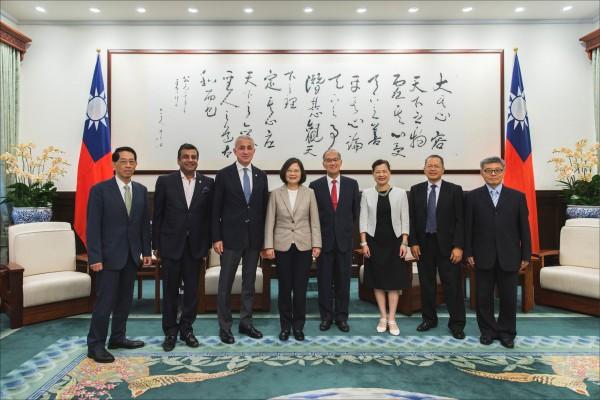 蔡英文總統昨接見「亞太商工總會」(CACCI)會長伊納許維力(左3)等人時,說明政府將持續推動加入CPTPP等區域經濟整合,積極爭取參加第二輪談判。。(總統府提供)