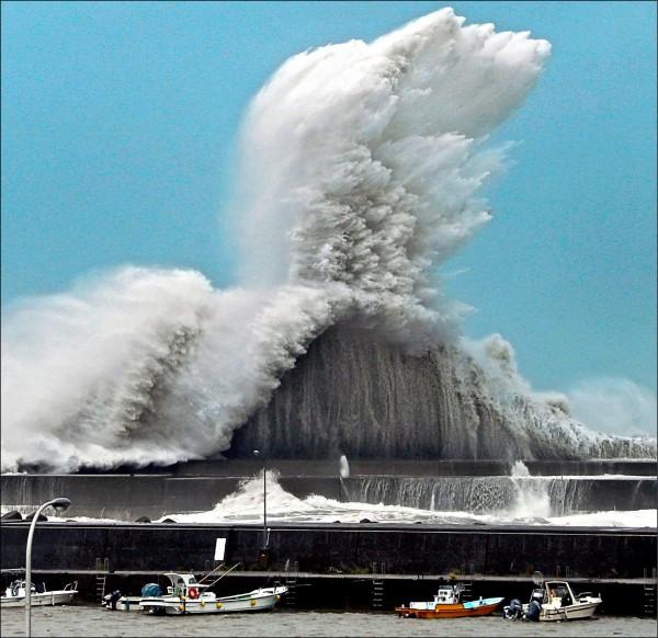 強颱侵襲日本,西太平洋的四國高知縣安藝市港邊掀起滔天巨浪。(美聯社)