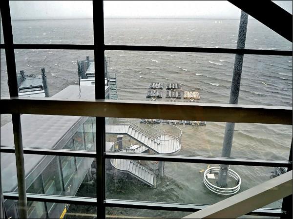 強颱「燕子」四日橫掃西日本,關西國際機場跑道淹水無法起降而被迫關閉。(法新社)