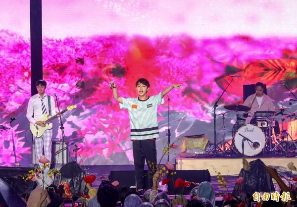 花博大使吳青峰(中)演唱花博主題曲《請聽》。(記者張菁雅攝)