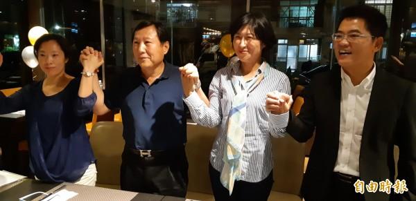 鄺麗貞上週五登記參選台東縣長,今被國民黨黃國東黨部決議開除討籍。鄺的丈夫吳俊立(左2)、小姑(左1)表態上週五即表態力挺國民黨提名的饒慶鈴(右2)。(記者黃明堂攝)