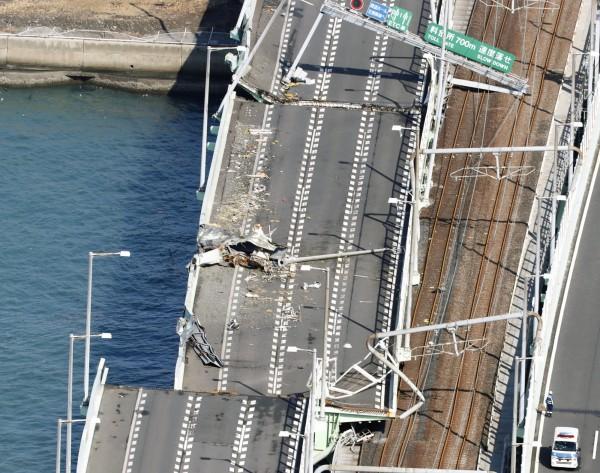 關西國際機場唯一對外聯絡橋遭到油輪衝撞毀壞,造成機場對外聯繫一度中斷。(路透)