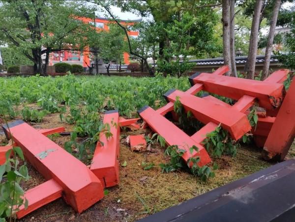 伏見稻荷大社的「玉垣」(木欄杆)斷裂。(圖擷取自Twitter)