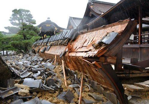 西本願寺舞台外牆倒塌。(圖擷取自Twitter)