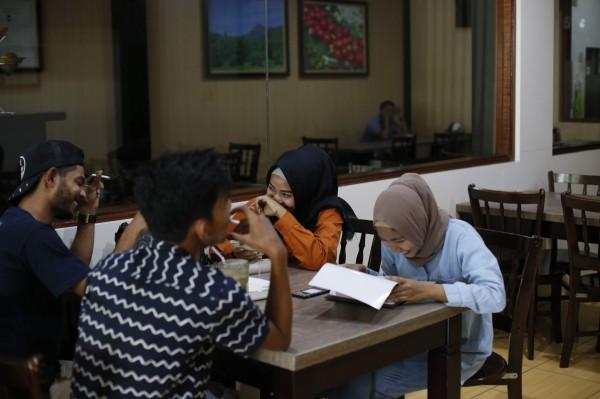印尼亞齊美倫縣最近頒布了一項新規,禁止男性和女性一起用餐,除非他們是夫妻或親屬。(法新社)