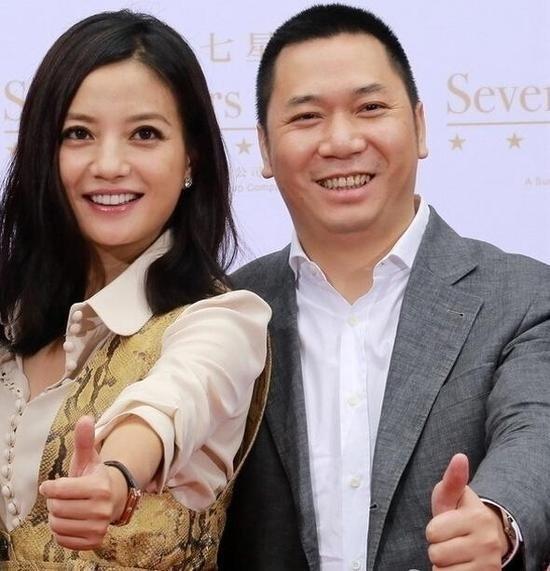 黃有龍(左)與趙薇(右)夫婦。(翻攝自微博)