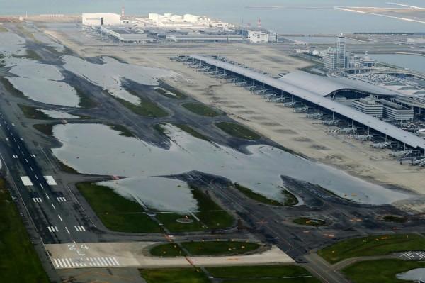 關西機場本期待今年能首度衝破3000萬遊客大關,但遭逢颱風受創,至今尚無法估算今後營運的影響。(法新社)