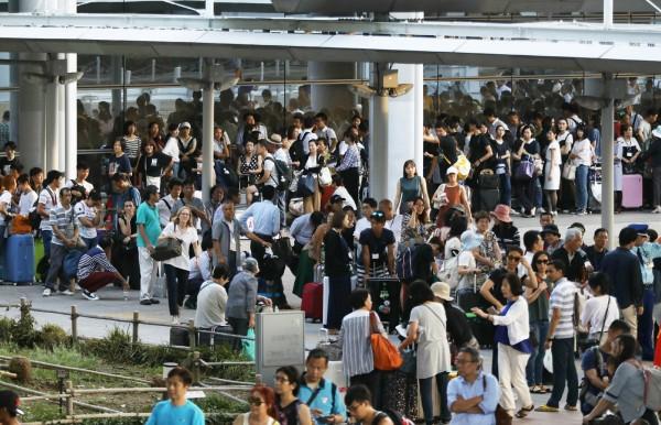 關西機場方面晚間表示,機場內旅客人數依然很多,今日內仍無法將所有受困的旅客送離機場。(法新社)
