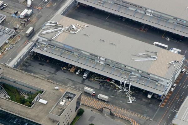 由於聯絡橋被撞壞,加上機場內太多設備浸水,機場方面表示,目前還無法確定何時能讓機場重啟。(法新社)