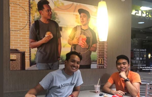 菲裔學生為「族群多元」自製偽海報,在麥當勞內張貼。(圖擷自@Jevholution TWITTER)