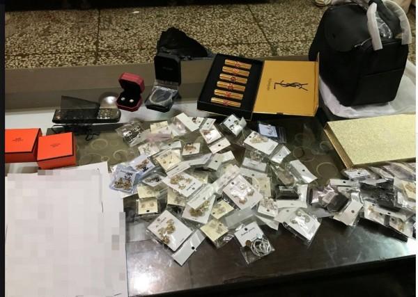 警方在嫌犯家中搜出多樣名牌仿冒品,共83件。(圖擷取自台中港務警察總隊臉書)
