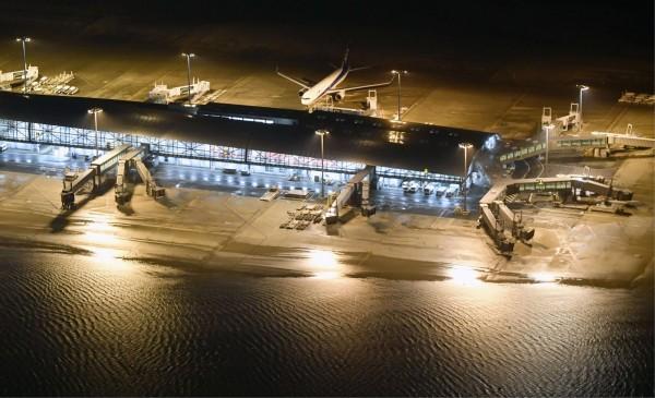颱風「燕子」襲捲西日本,位於人工島上的關西機場大淹水,機場內人員及旅客一度無法向外疏散。(美聯社)