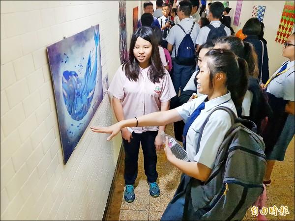地下道成為學生作品展示走廊,更添藝文氣息。(記者翁聿煌攝)