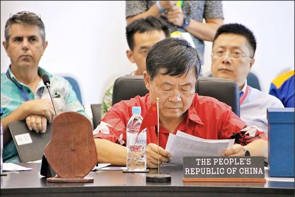 在太平洋島國論壇高峰會中,中國代表團特使杜起文因堅持先發言,遭主辦國諾魯總統瓦卡指為「傲慢無禮」、「仗勢欺人」。(法新社)