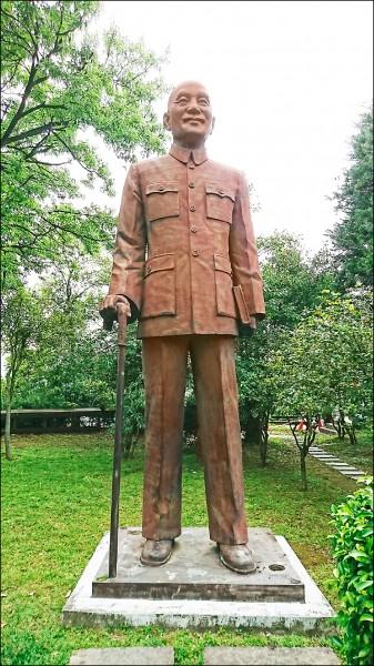 政治受難者家屬要求儘速移除蔣介石銅像。圖為桃園大溪境內的蔣介石銅像。(資料照)