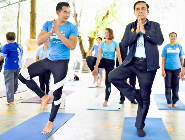 泰國總理帕拉育(右前)八月廿日在泰國南部拉廊府召開行動內閣會議,享受當地知名溫泉之際,也與當地人一起做運動。(歐新社檔案照)