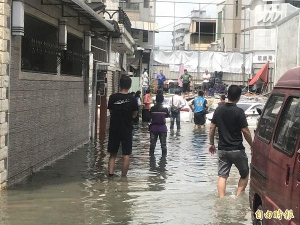 一場小雨讓永康中華路巷內民眾淹大水。(記者萬于甄攝)