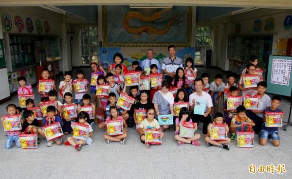 嘉義市新聞記者公會及自由時報嘉義組成員捐助善款購買文具組給龍崗國小的孩子們。(記者林宜樟攝)
