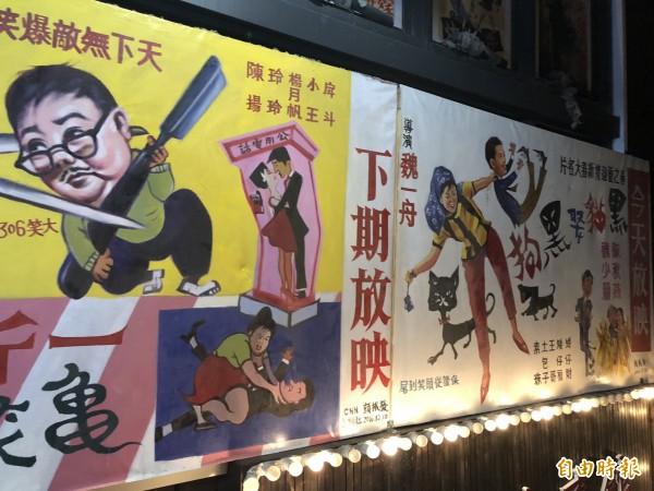 「黑貓食堂」內沿著樓梯的牆面畫作,是國寶級電影看板老師顏振發親自手繪的作品。(記者歐素美攝)