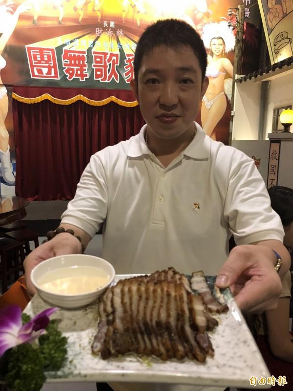 沙鹿區美仁里長陳建良,投資開設「黑貓食堂」人文餐館,端出招牌的菜色「鹹豬肉」。(記者歐素美攝)