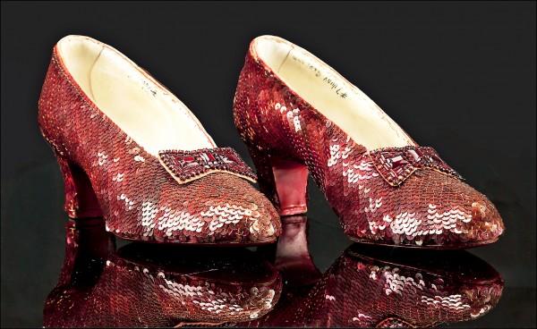 聯邦調查局(FBI)四日宣布尋獲桃樂絲所穿的紅寶石鞋。(法新社檔案照)