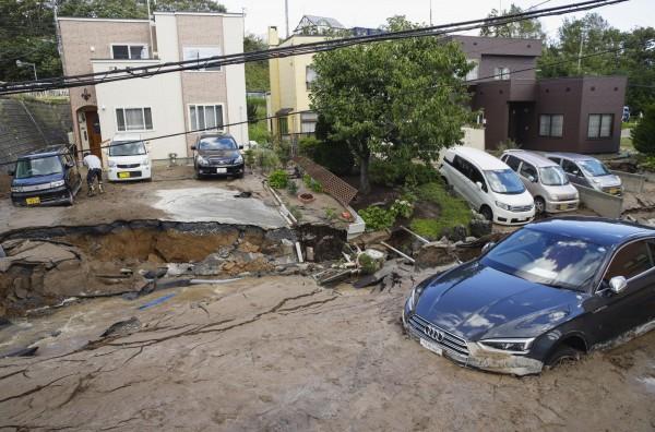 北海道札幌發生地震後,汽車被困在泥濘的道路上。(美聯社)