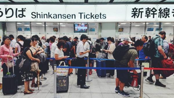由於日本關西機場關閉,急著回家的旅客只好轉乘新幹線至其他機場搭機,新幹線新大阪站也因此人滿為患。(民眾提供)