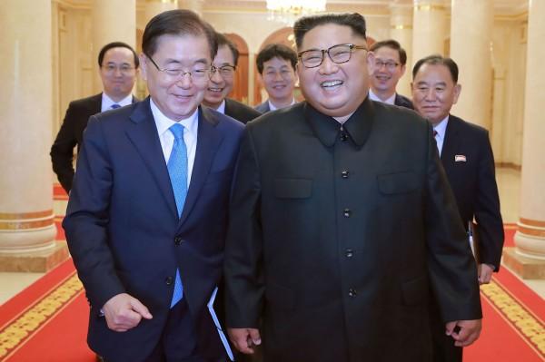 北韓領導人金正恩昨(5日),與由南韓青瓦台國家安保室室長鄭義溶率領的特使團會談時,重申北韓實施無核化的決心。(法新社)