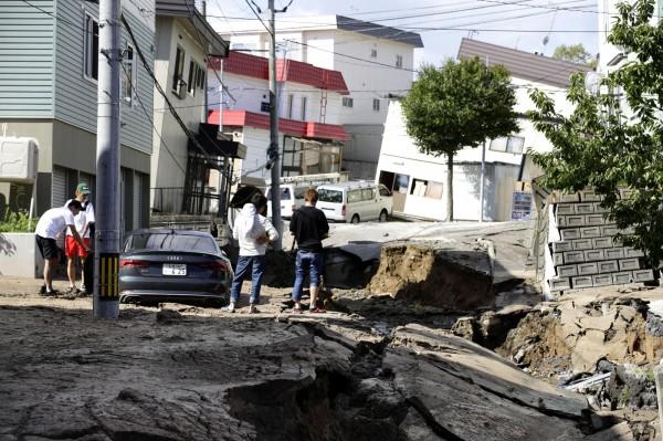 日本北海道6.7強震造成道路塌陷。(美聯社)