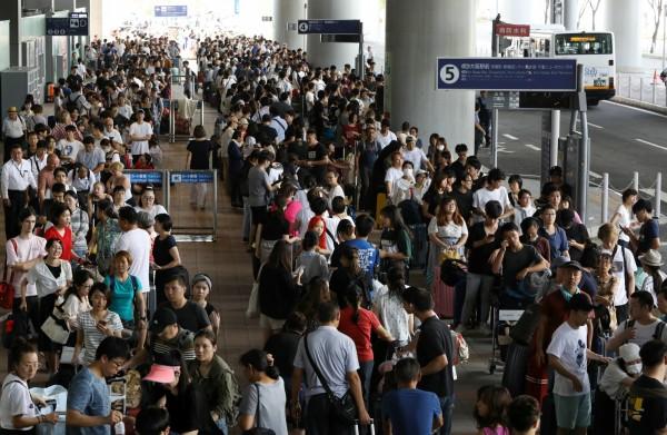 關西國際機場遭燕子颱風重創,逾3000名旅客受困,儘管日本相關單位加派高速船與巴士疏散,但由於運能有限,仍有大批旅客滯留在機場內。(歐新社)